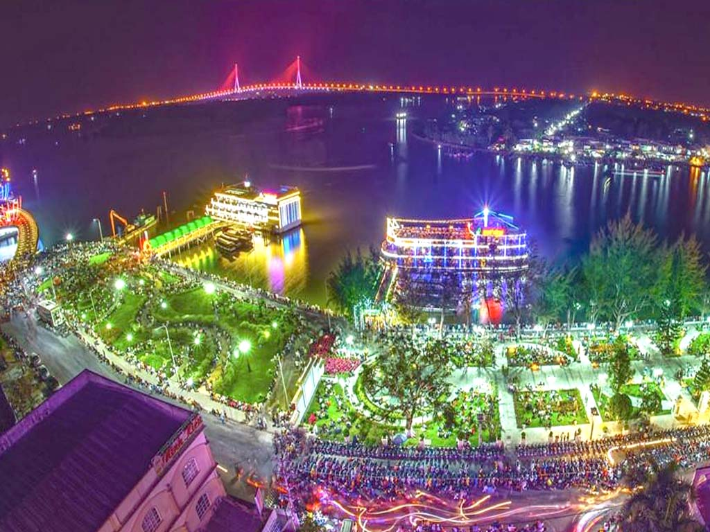 aerial-view-of-gorgeous-and-crowded-ninh-kieu-pier-by-night-saigon-riders