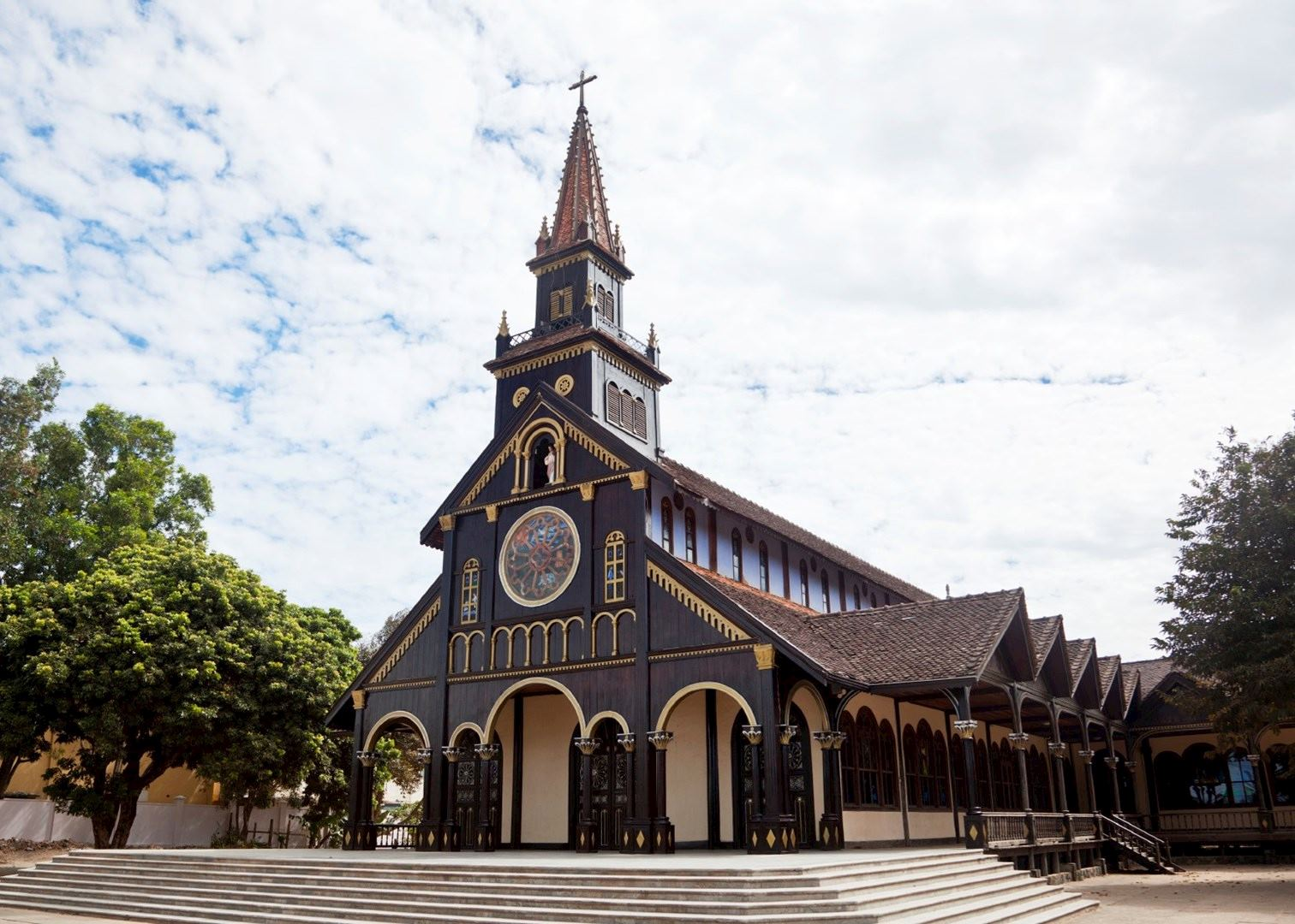 wooden-church-in-kon-tum-is-an-ancient-relic-saigon-riders