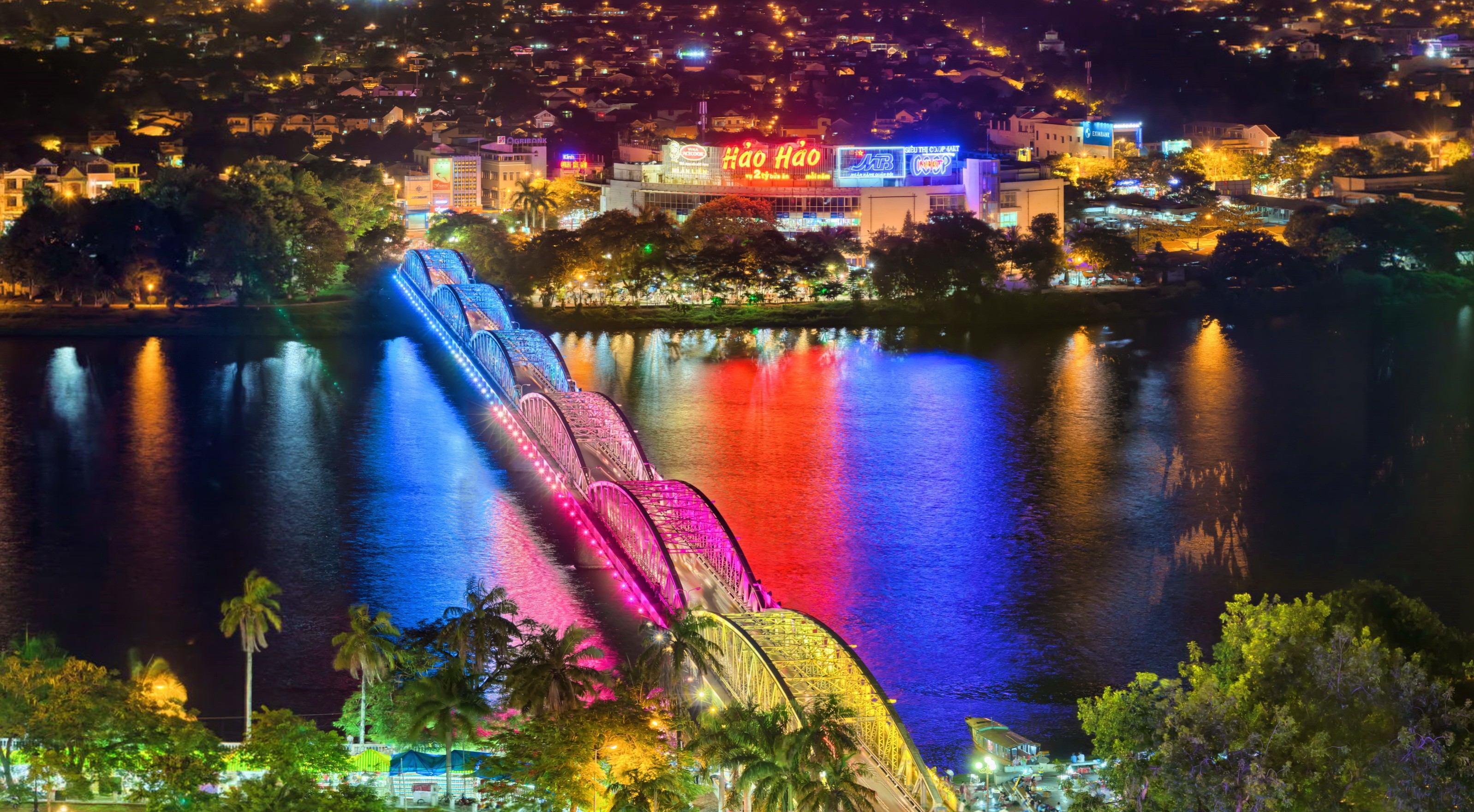 colors-lighting-up-the-huong-river-by-night-makes-the-surrounding-areas-crowded-saigon-riders