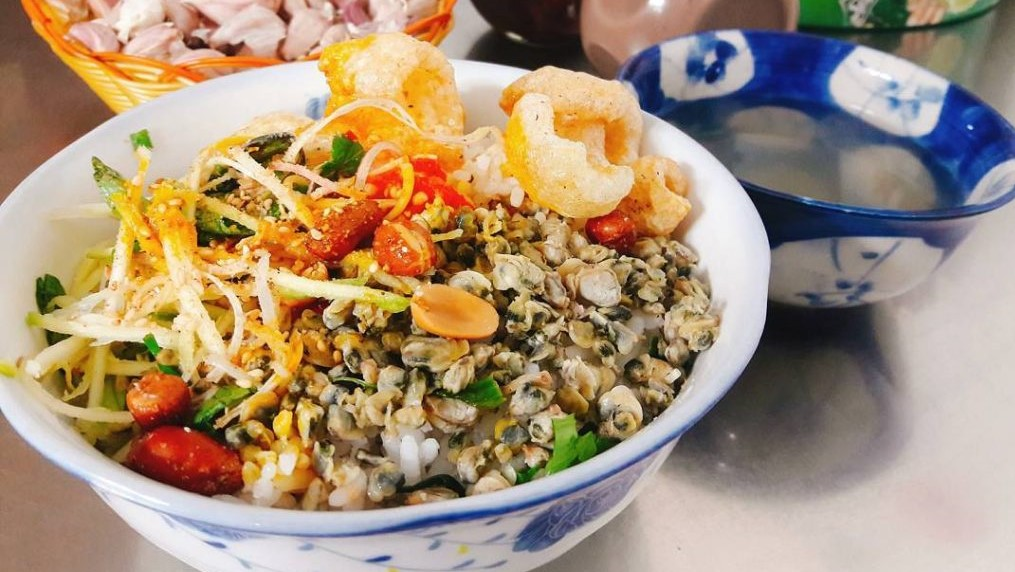 mussel-rice-is-another-must-try-you-could-not-find-this-tasty-dish-in-any-other-regions-that-is-as-delicious-as-that-of-hue-saigon-riders