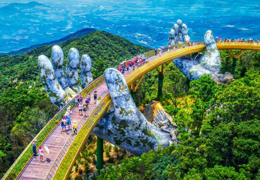 The Golden Bridge lying 1,000 meters above the sea-level brings travelers the feeling of flying high and standing on clouds