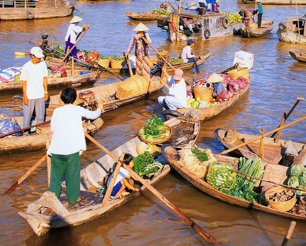 There is a very different life in Cai Be floating market